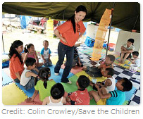 Credit: Colin Crowley/Save the Children:子どもたちと遊ぶSCスタッフ